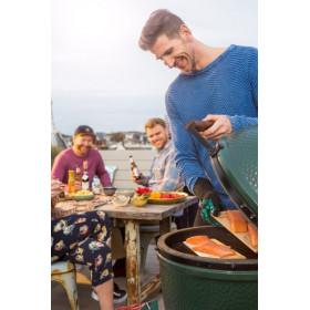 grilovačka so zeleným vajíčkom Big Green Egg Medium, údenie lososa s priateľmi na terase domu